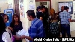 Кандидаты на работу получают форму-заявки для приема на работу.