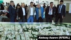 В зале, где проходили общественные слушания по генеральному плану развития Алматы, установили макеты с проектами детальной планировки. Алматы, 8 сентября 2015 года.