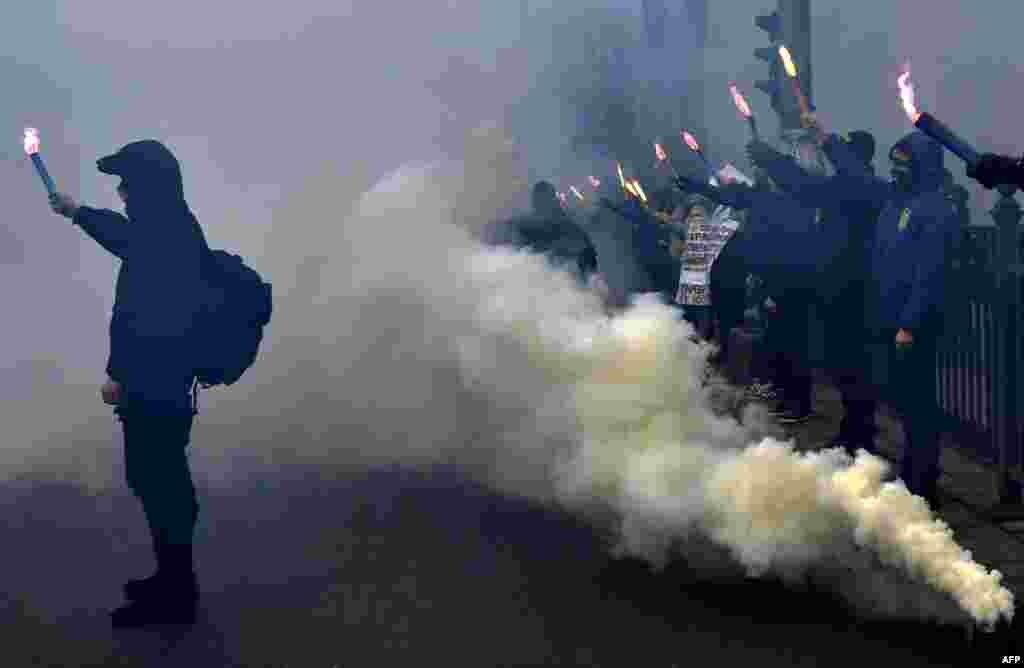 Мітынг украінскіх нацыяналістычных груповак перад будынкам Вярхоўнай Рады ў Кіеве, 22 лютага.