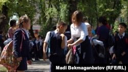 Дети в школьном дворе. Алматы, 3 сентября 2013 года.