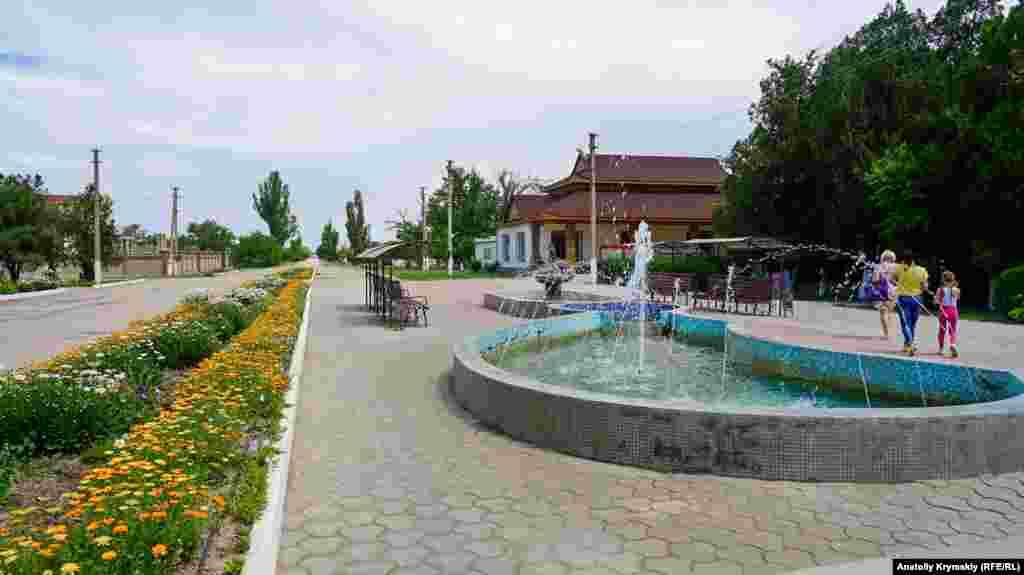 В фонтанах в центре села брызжет вода