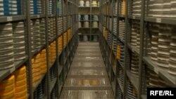 Предполагалось, что уничтожение тайных записей произойдет уже сегодня: этот день выбрали в качестве последнего срока для уточнения правил, которыми будет руководствоваться комиссия, распоряжающаяся судьбой архива спецслужб