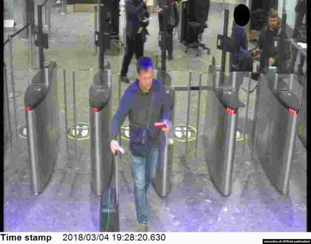 """Подозреваемые (""""Петров"""", а за его спиной """"Боширов"""") проходят паспортный контроль в лондонском аэропорту Хитроу. Воскресенье, 4 марта, 19:28."""