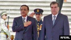 Tajikistan - President Emomali Rahmon (L) with his Pakistani counterpart Asif Ali Zardari in Dushanbe, 29Jul2009