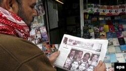 يک عراقى در حال خواندن روزنامه وابسته به مقتدى صدر