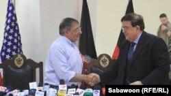 Leon Paneta gjatë takimit me ministrin afgan Vardak në Kabul, më 7 qershor 2012