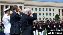 Američki predsednik salutira vojnicima, juni 2011.