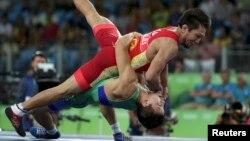 Елмурат Тасмуратов (в зеленой форме) в поединке за бронзу Олимпиады с Арсеном Эралиевым из Кыргызстана. Рио-де-Жанейро, 14 августа 2016 года.