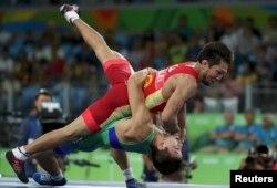 Елмұрат Тасмұратовтың (жасыл формада) қола медаль үшін қырғызстандық Арсен Ералиевпен (қызыл формада) күресіп жатқан сәті. Бразилия, Рио-де-Жанейро, 14 тамыз 2016 жыл.
