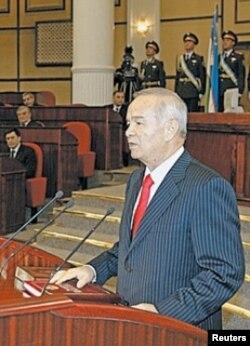 Өзбекстан президенті Ислам Каримов 2008 жылғы ұлықтау шарасында тұр.
