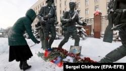 Rusiya Müdafiə Nazirliyinin qarşısındakı abidənin önünə mayor Filipov üçün gül dəstələri qoyulur