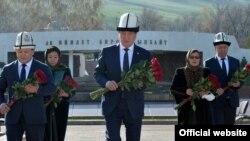 «Ата-Бейит» мемориалдык комплексинде Апрель баатырларын эскерүү. 7-апрель, 2020-жыл.
