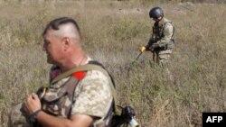 Українські сапери розміновують територію біля лінії фронту на Донеччині, фото 30 вересня 2015 року