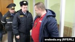 Міліцыянты забіраюць Макарава на суткі