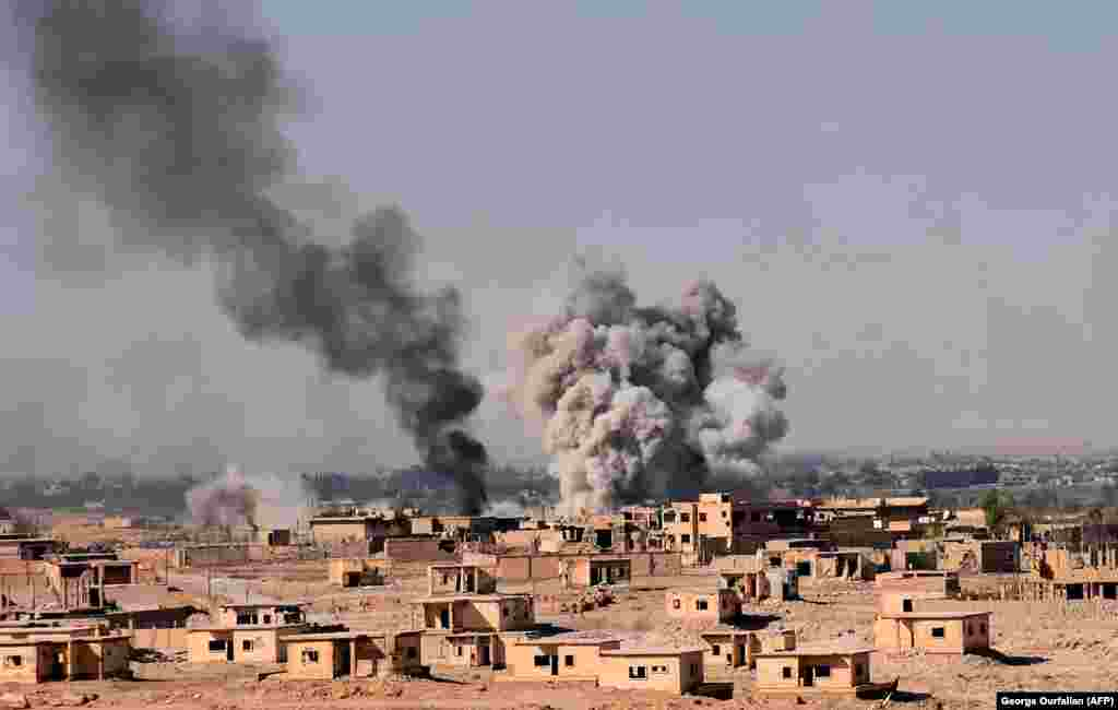 Smoke rises from buildings on the northern outskirts of Deir al-Zour as Syrian forces advanced during their ongoing battle against Islamic State militants.  (AFP/George Ourfalian)
