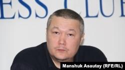Журналист Рафаэль Балгин баспасөз конференциясында отыр. Алматы, 12 қаңтар 2016 жыл.