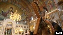 Паломники у креста Андрея Первозванного, доставленного из Греции