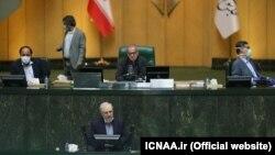 Иран парламентинин жыйынында саламаттык сактоо министри Саид Намаки сүйлөп жатат, Тегеран. 7-апрель, 2020-жыл.