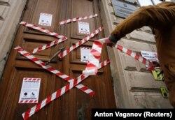 Učesnik protesta za internet slobode kod kancelarije Roskomnadzora u centru Sankt Peterburga