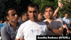 Оппозиция активисттери кармалган учур. 25-май, Баку.