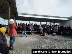 Люди стоят в очереди на КПП «Дустлик» («Достук») на узбекско-кыргызской границе, 24 января 2018 года.