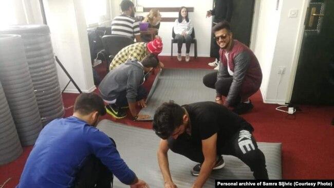 Akcija šivanja vreća za migrante