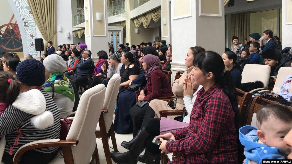 Сотни многодетных матерей собрались в Караганде: женщины просят о льготах