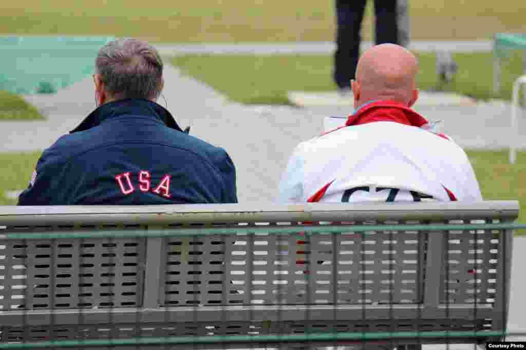 АКШ һәм Чехия такымнары тренерлары ярышларны күзәтә