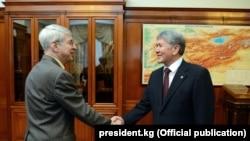 Прэзыдэнт RFE/RL Томаc Кент і прэзыдэнт Кіргізстану Алмазбек Атамбаеў.