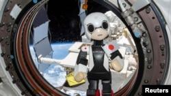 Arxiv foto: Beynəlxalq Kosmik Stansiyada sınaqdan keçirilən Yaponiyanın Humanoid kommunikasiya robotu.