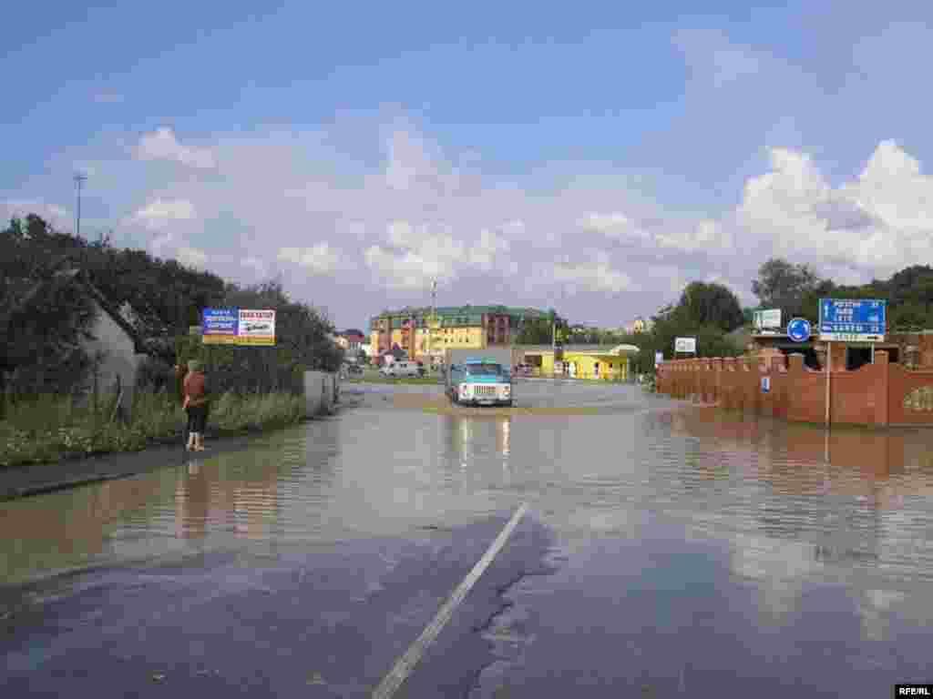 Ukraine -- Floods and torrential rains in Western Ukraine on July 23-26 are considered the most catastrophic in at least 100 years - Повені в Західній Україні 23–26 липня 2008 року називають найкатастрофічнішими принаймні за сто років. - Галич, Івано-Франківська область, повінь, 25 липня 2008