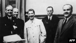 Министр иностранных дел нацистской Германии Иоахим фон Риббентроп (слева), глава СССР Иосиф Сталин (в центре), министр иностранных дел СССР Вячеслав Молотов (справа) после подписания пакта о ненападении. Москва, 23 августа 1939 года.