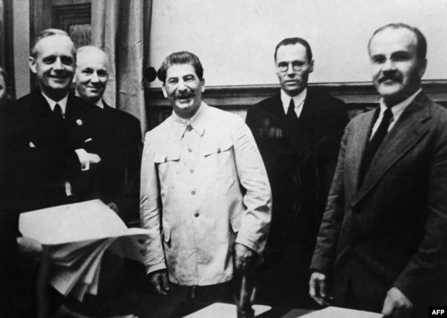 """Церемония подписания """"пакта Молотова - Риббентропа"""" в Москве, 23 августа 1939 года"""