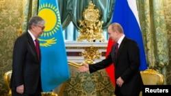 Президент России Владимир Путин (справа) и президент Казахстана Касым-Жомарт Токаев во время встречи в Кремле, Москва, 3 апреля 2019 года.
