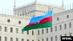 Hökumət Evi qarşısında dalğalanan Azərbaycan bayrağı