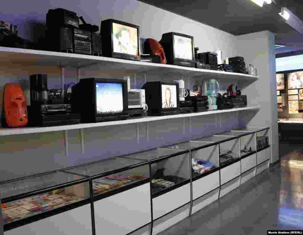 Торговельні полиці магазинів після «шокової терапії». Знаменитий польський спирт «Рояль», відео та аудіомагнітофони й інші різноманітні товари широкого вжитку.