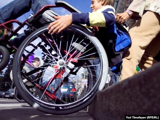 Инвалиду самостоятельно передвигаться по Москве, как и по другим городам России, практически невозможно