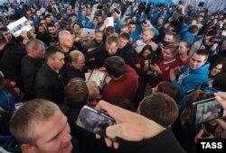 Путинге тілек жаздырып жатқан жастар. Селигер лагері, 29 тамыз 2014 жыл.