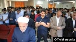 عکس منتشر شده در وبسایت اصلاح از نماز عید اهل سنت در مسجد رسالت. در خرداد ماه ۹۸