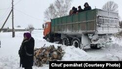 Гуманітарна організація «Бажання допомагати» розвозить дрова тим, хто живе на лінії зіткнення