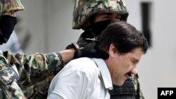 Наркобарон Хоакин Гусманды полиция алып баратат