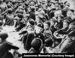 Copii separați din lagărul de la Stara Gradiska pentru a fi instruiți să lupte în război