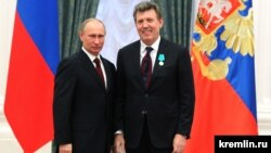Президент Росії Володимир Путін (ліворуч) і народний депутат України Сергій Ківалов, нагороджений медаллю Пушкіна. Москва, Кремль, 22 лютого 2013 року
