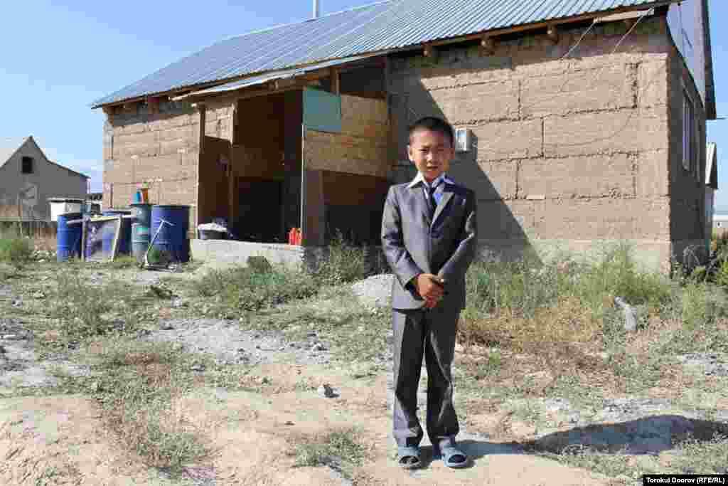 """Дети с новостройки """"Ак-Ордо"""" посещают школу в соседней новостройке."""