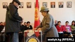 Кыргызстанда 2010-жылы өткөн парламенттик шайлоодо партиялык тизме менен 5 партия парламентке келген. Кийинки шайлоо келерки жылдын күзүндө болот.