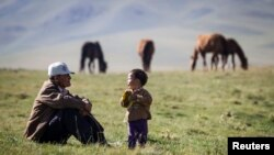 Демалып отырған қазақстандық фермер. Көрнекі сурет
