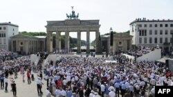 Площадь перед Бранденбургскими воротами в Берлине.