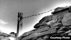 """Фрагмент стены, которую складывали вручную заключенные Спасского лагерного отделения Карлага. Фото из книги Екатерины Кузнецовой """"Кровавый тридцать седьмой. Репрессированный Казахстан""""."""