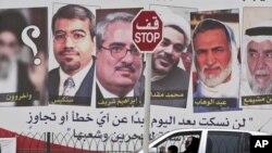 Мухаррак қаласында сотталған оппозиция жетекшілерінің көшеде ілініп тұрған суреті. Бахрейн, 8 мамыр 2011 жыл.