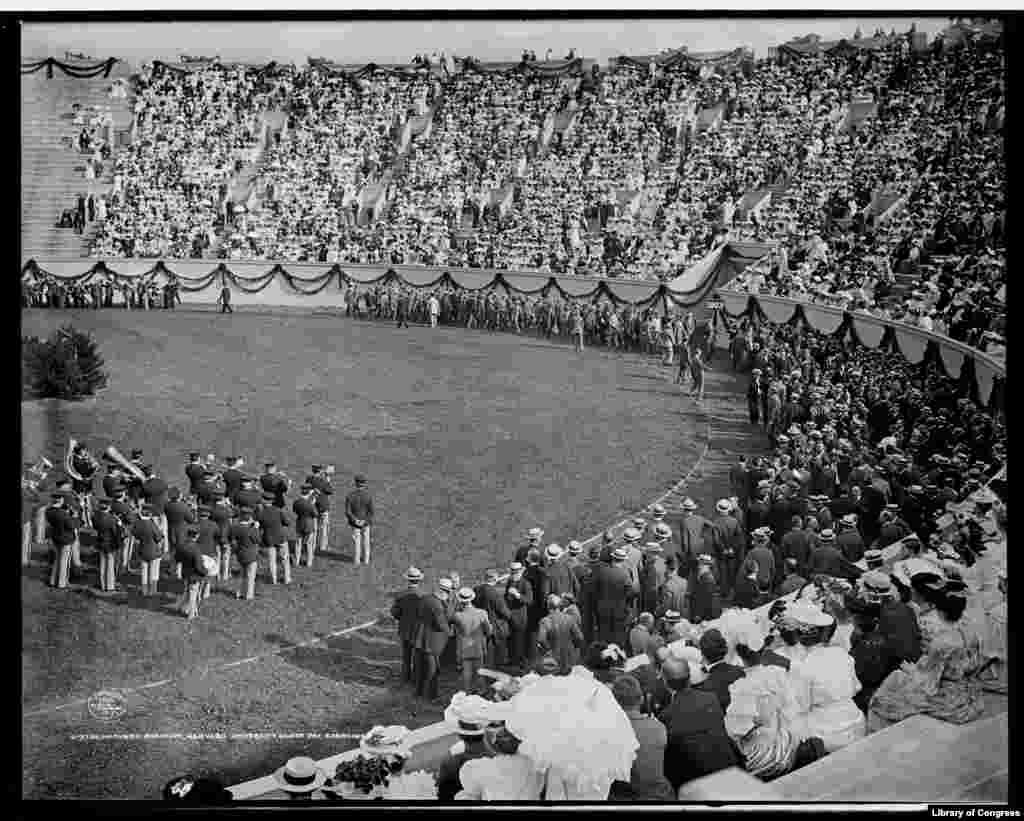 A Harvard Egyetem 1906-os sportnapja. Reed ebben az évben kezdte meg tanulmányait a patinás intézményben. Reedet második próbálkozásra vették fel a Harvardra, ahol hamarosan két diáklap szerkesztője lett. A radikális baloldali politikával a Harvardi Szocialista Klubon keresztül került kapcsolatba
